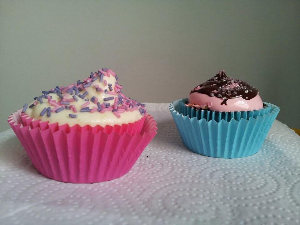 El rosa: bizcocho de vainilla con cacao, con una base de galleta migada, cubierta con merengue rosa y bañado con ganache de chocolate.  Y el otro: bizcocho de limón con trozos de frambuesa con un frostin de mantequilla con limón y queso fresco