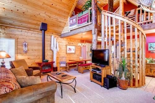 Deerpath Holiday Home Dillon (Colorado) Featuring a terrace with city views, Deerpath Holiday Home is a holiday home, situated in Dillon. The unit is 38 km from Winter Park.  The kitchenette has a dishwasher, an oven and a microwave, as well as a coffee machine and a kettle.