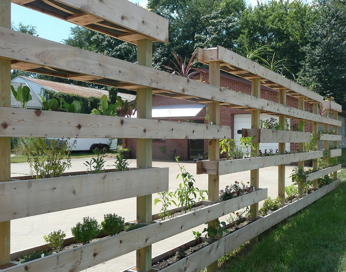 30+ Awesome DIY Fence Garden Design With Wood Pallets ...