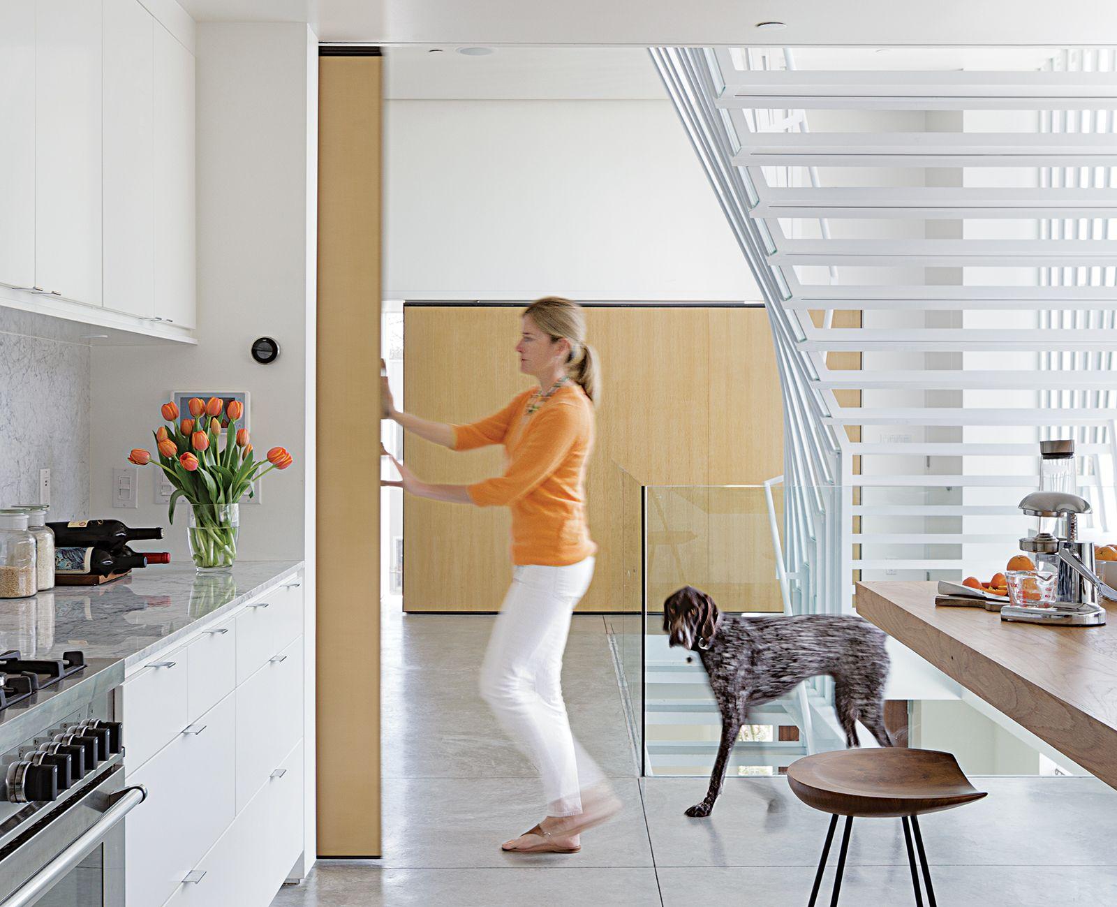 a minimalist duplex in venice, california | sliding doors, white, Innenarchitektur ideen