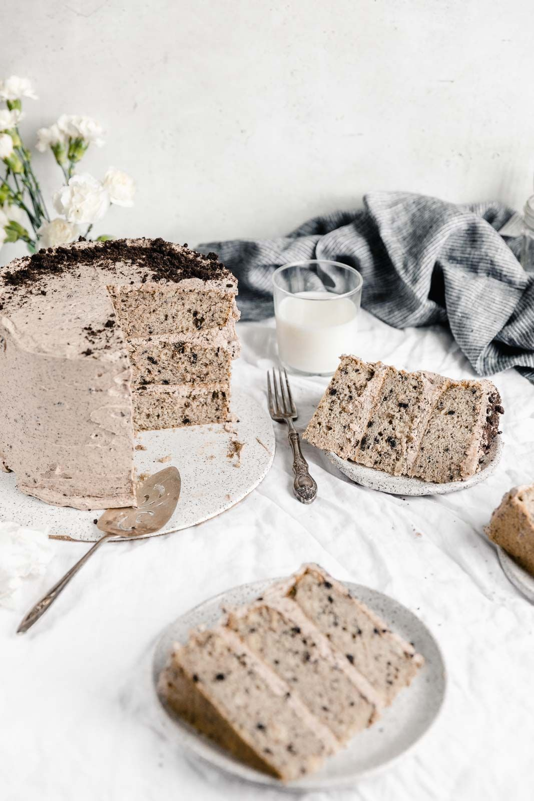 Take oreos and milk to the next level with this fluffy cookies and cream cake, layered together with a coffee oreo buttercream. Are you drooling too? #cookiesandcreamfrosting