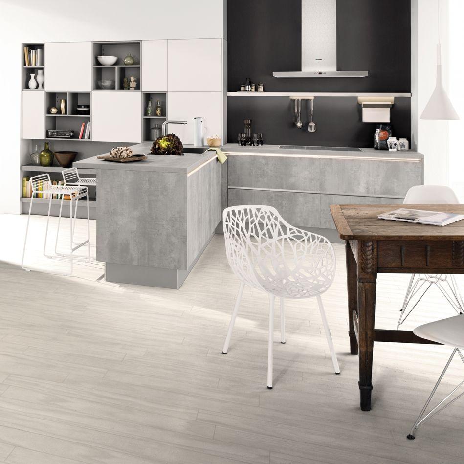 material und stilmix in der k che beton trifft auf holz und edelstahl griffloses k chendesign. Black Bedroom Furniture Sets. Home Design Ideas