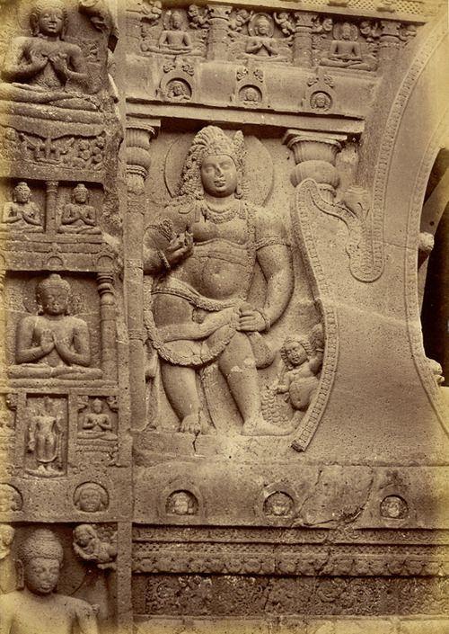 Fotografía de una escultura en la fachada de la sala chaitya Cueva XIX en Ajanta, tomada por Henry Cousens en la década de 1880, desde el Servicio Arqueológico de la India Collections.