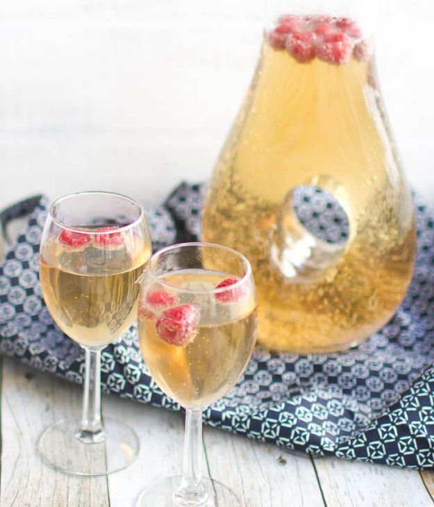 Mock Champagne | 10 Delicious Non-Alcoholic Cocktails You Can Serve on New Years Eve | https://homemaderecipes.com/non-alcoholic-cocktails/