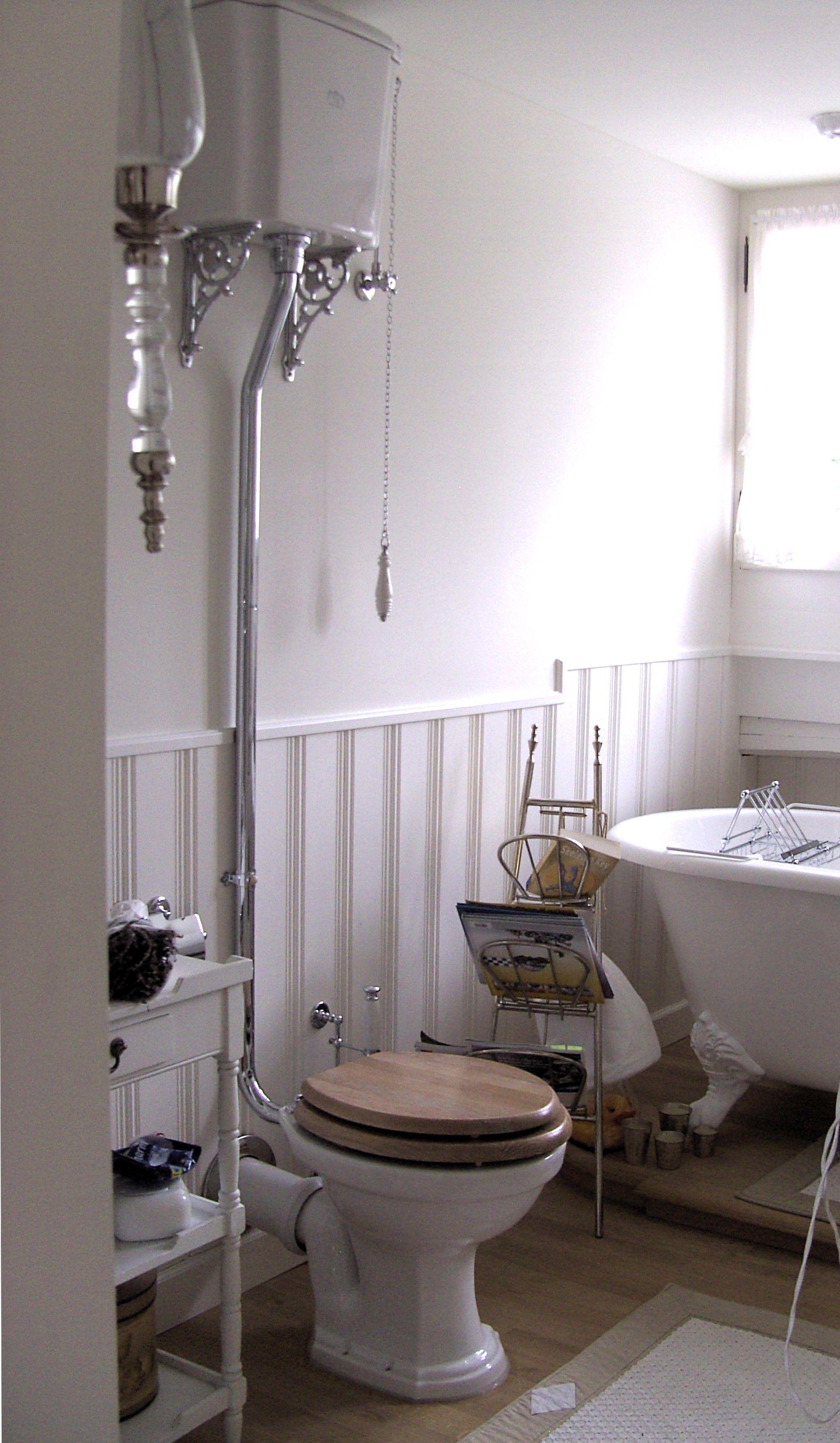 Erinnern Sie Sich Noch An Den Hochhangenden Spulkasten Mit Klassischer Spulkette Es Gibt Sie Noch Dies Badezimmer Traditionelle Bader Badezimmer Nostalgisch