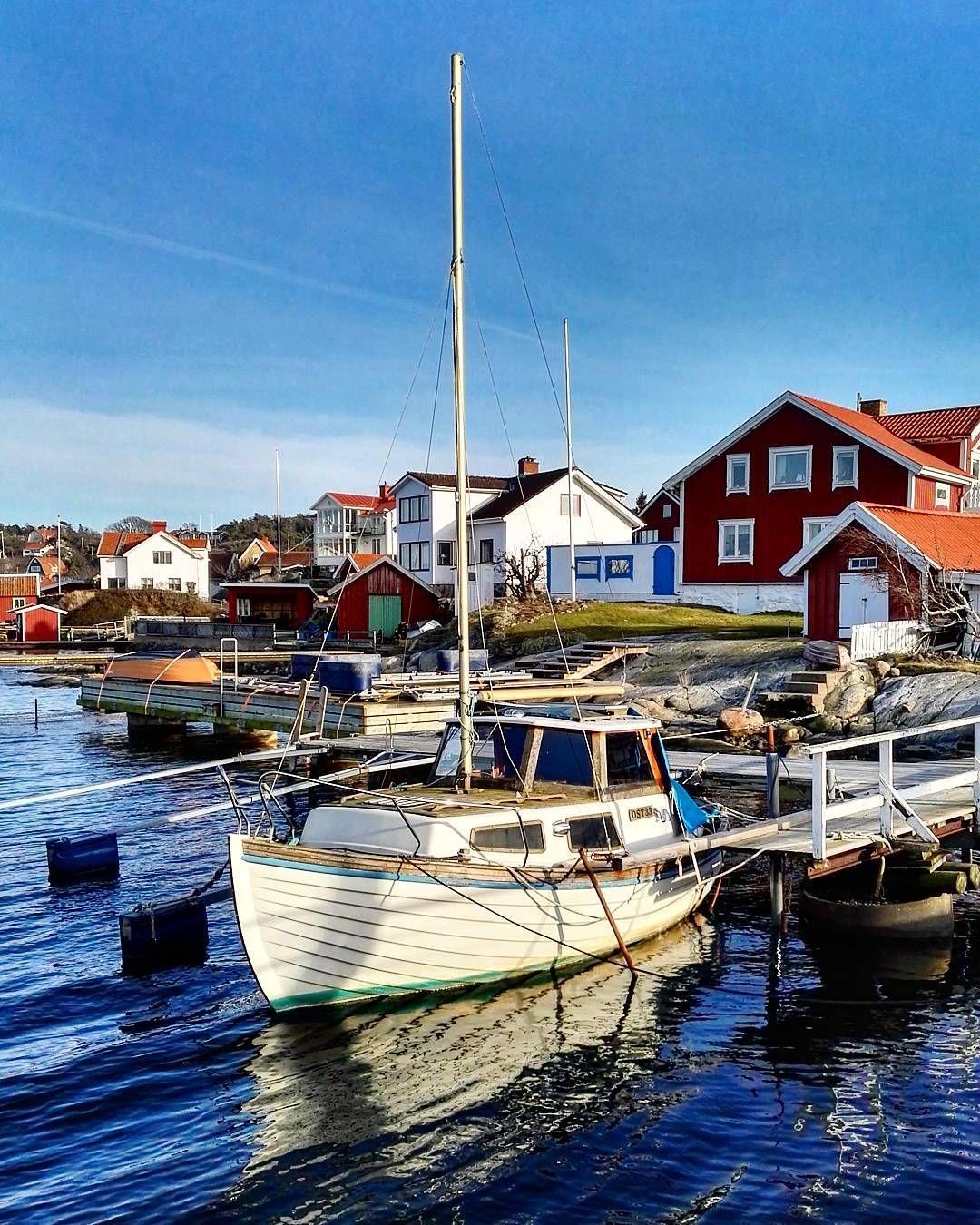 #styrsö #gotheborg #goteborg #sweden #svezia #sea #landscape #landscape_captures #landscape_lovers #sail #sailing #sailboat #blue #trip #holiday #vacation #freetime #nofilter #nofilterneeded #village by marcodiv_910