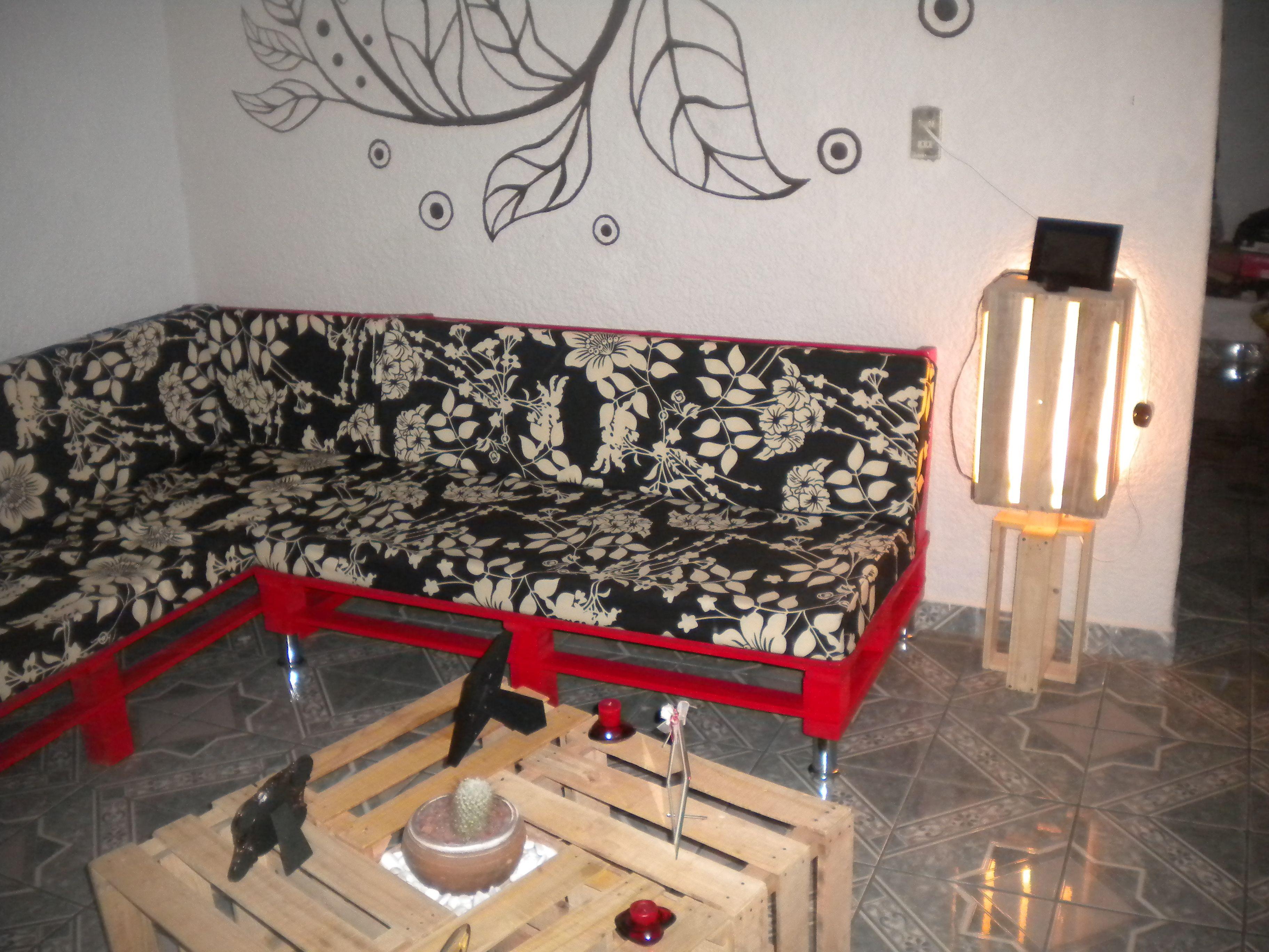 Sala de pallets y mesa de centro y lampara con madera for Sillones de madera reciclada