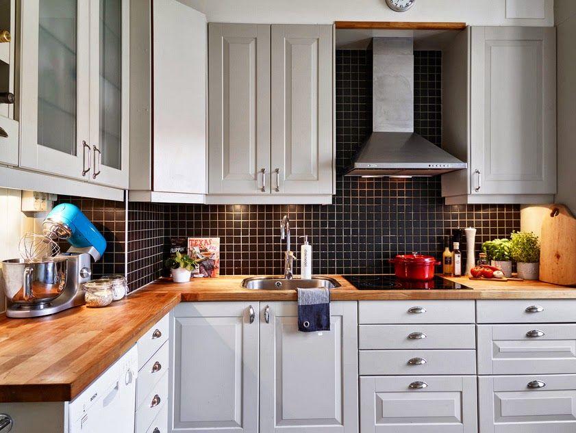 Białe Szafki I Czarne Kafelki W Kuchni Inside Kitchen