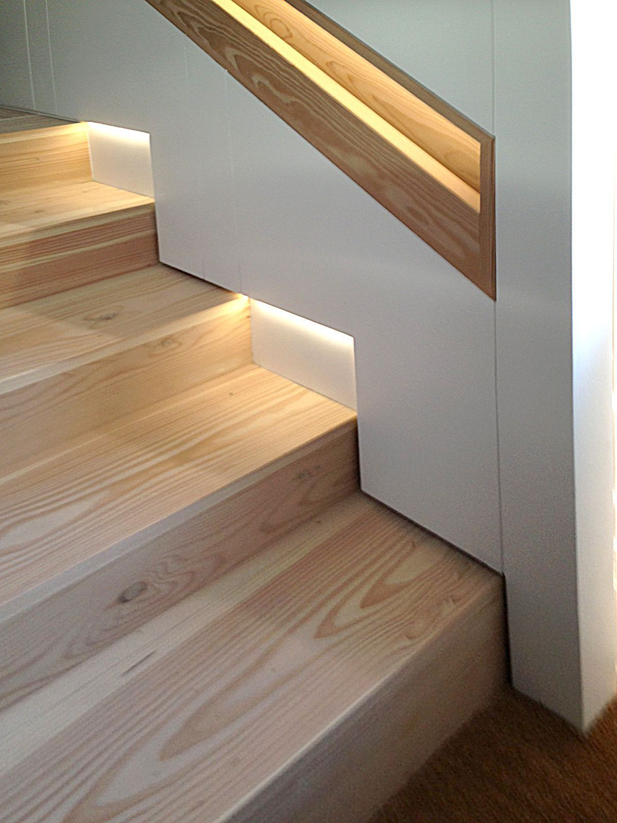 Pin Von Karl Auf Led Treppenbeleuchtung Treppendekor Treppe Holz Treppe Haus