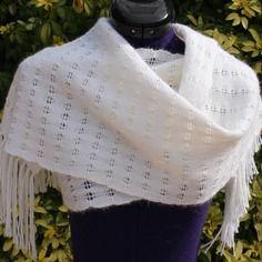 Étole écharpe tissée main en alpaga, chauffe épaules en laine avec points ajourés et franges coloris blanc https://www.alittlemarket.com/boutique/chaliere-2339933.html