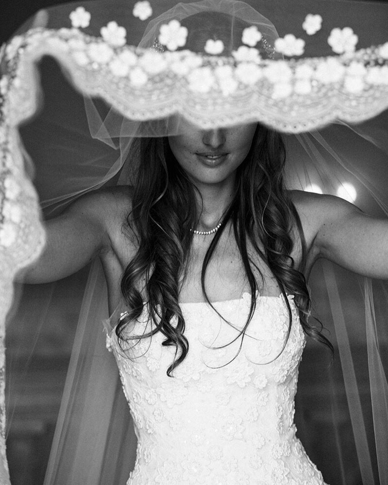 The bride wore Oscar de la Renta for her wedding in Lake