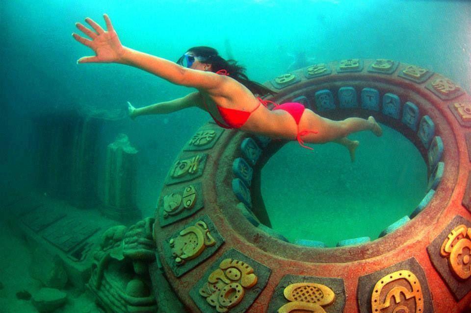 Parque marino en las cristalinas aguas de Roatan, puede sumergirse sin tanque de oxigeno y ver réplicas de estructuras mayas sumergidas para crear espacios para la formación de corales
