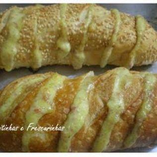 Pão de alho para servir no churrasco: Esse pãozinho é delicioso...receita de uma amiga que quando faz ninguém quer saber de carne só o pão está perfeito...a receita rende bastante e ...