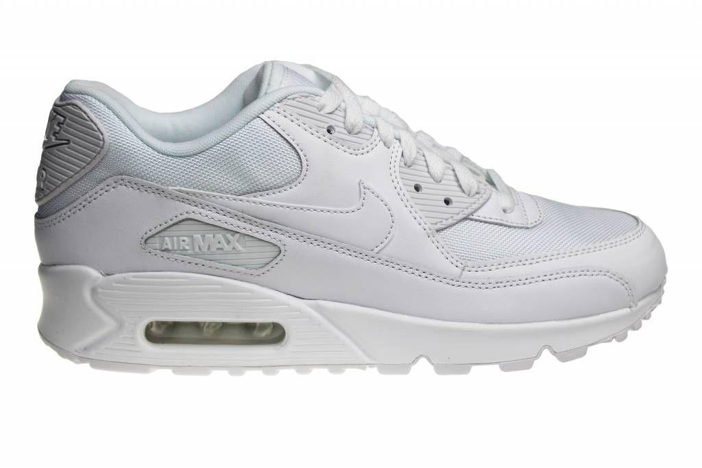"""Nike Air Max 90 Essential """"Triple White"""". Ook wel bekend als de """"All White"""". Bestemd voor heren. De bovenzijde van de voorkant is gemaakt van stof/textiel."""