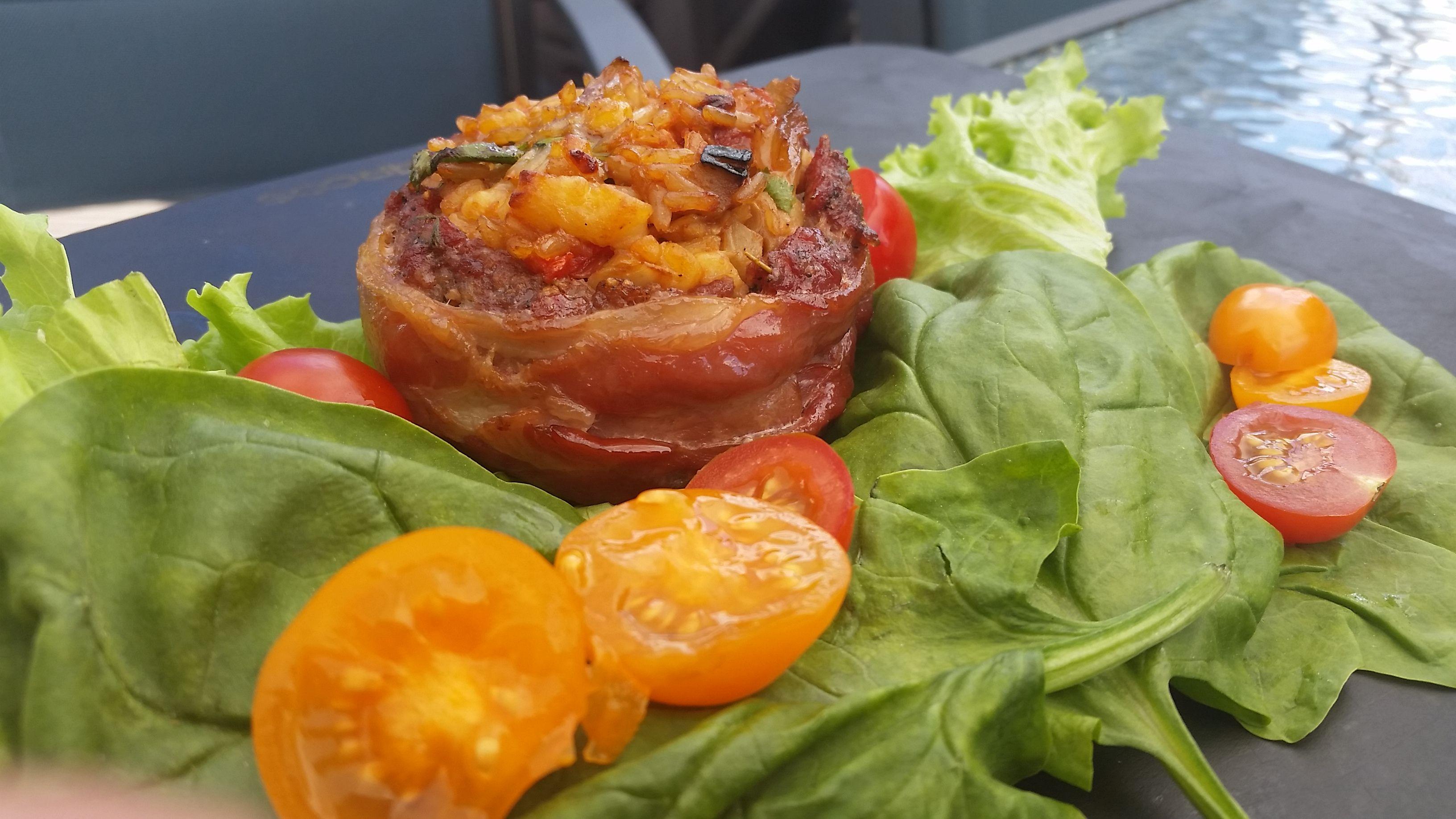 Beer can bacon burger toimii omana pääruokanaan vaikkapa raikkaan salaatin kanssa.