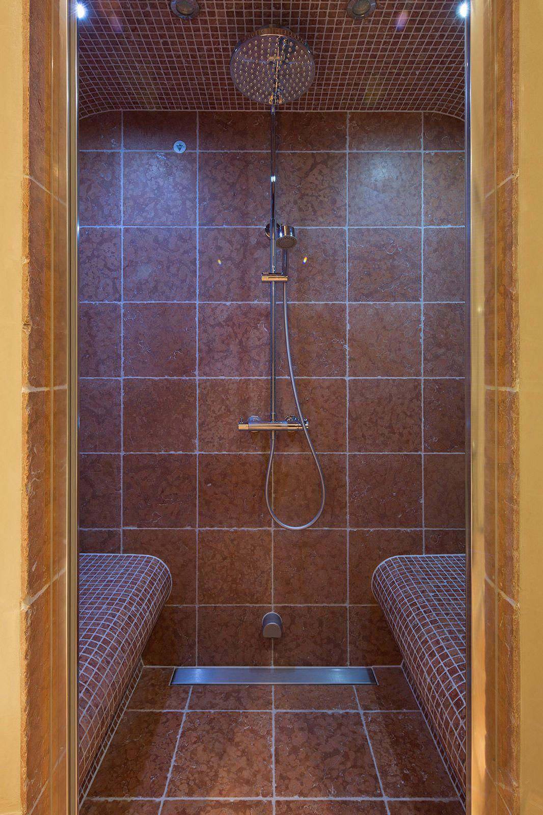 Deze landelijke wellness badkamer met Toscaanse uitstraling is ...