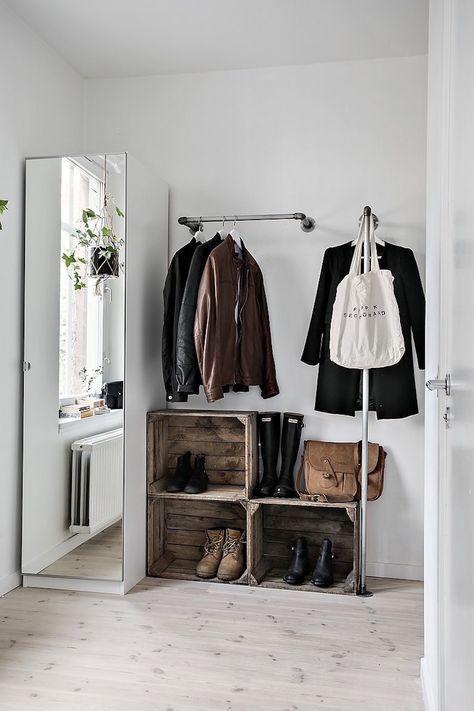 Porte Vetement Penderie Et Armoire Grillagee Les Rangements Petit Espace Avec Images Deco Minimaliste Deco Maison Mobilier De Salon