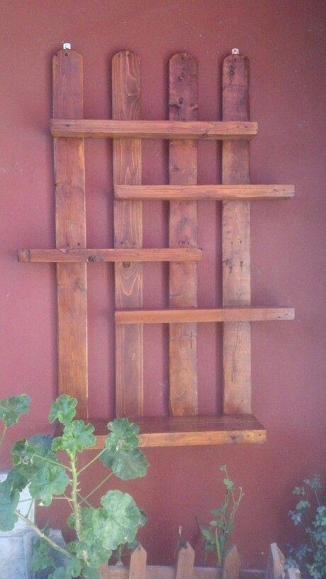 Estantes de madera para plantas jardineria pinterest for Estantes para plantas exteriores