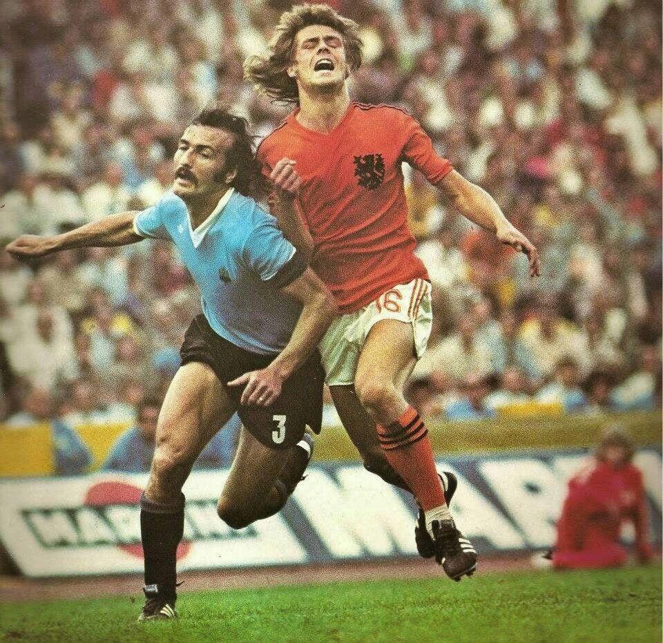 Holland 2 Uruguay 0 in 1974 in Hannover Juan Masnik runs across
