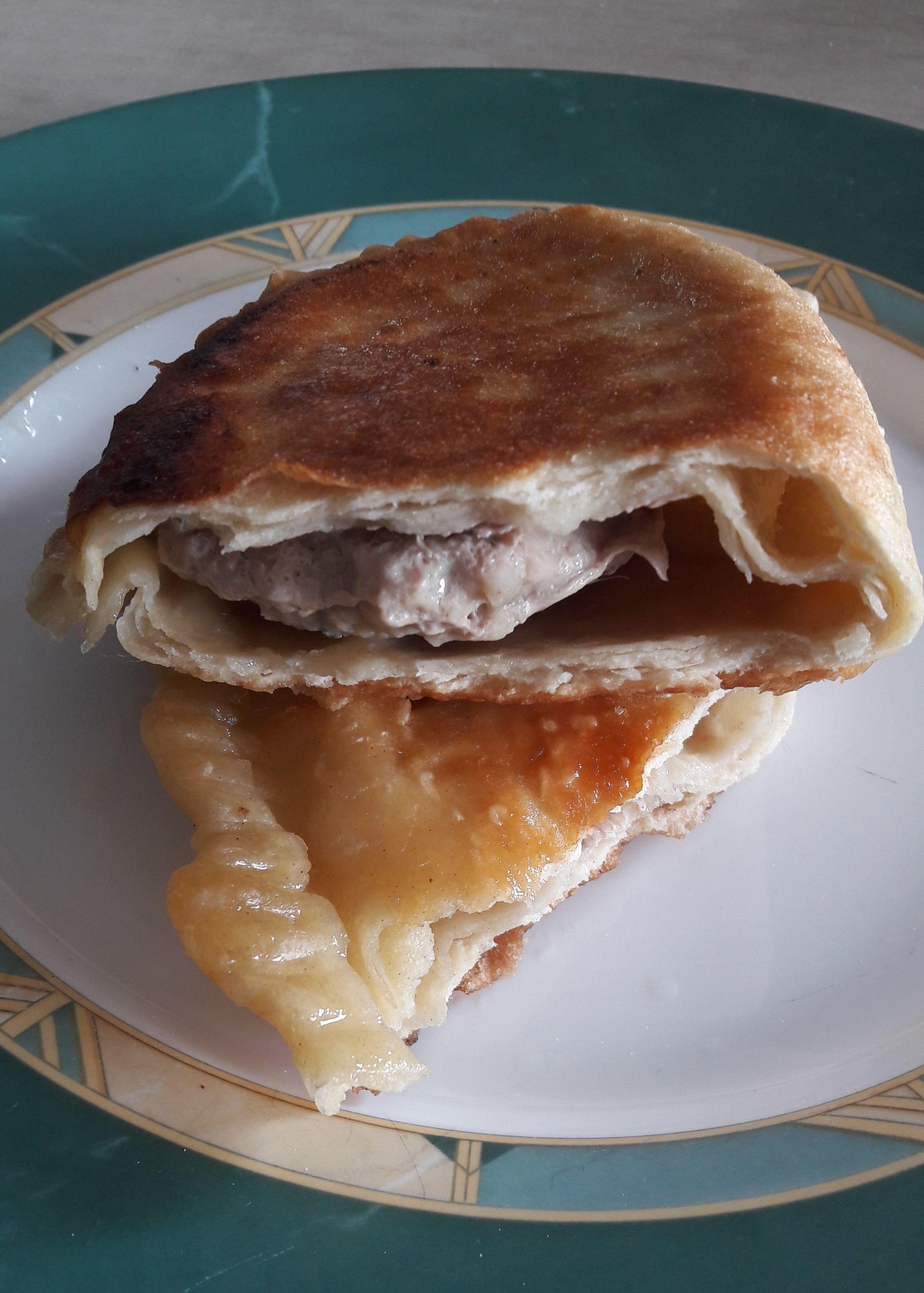 Co pichcicie jutro na obiad? Może spróbujecie czebureków 😊? Czebureki to niesamowity przysmak wywodzący się z kuchni Tatarów krymskich. Może służyć za główne danie obiadowe, jak również przekąskę czy zaskakujący poczęstunek dla gości ❤ #czebureki #obiad #naobiad #daniazwieprzowiny #mięso #pasibrzuszek #blogkulinarny #blogerkulinarny #przepisy #przepisykulinarne #przekąska