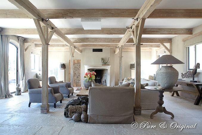 Super gave woonkamer. Linnen gordijnen, meubels, haard oude balken ...