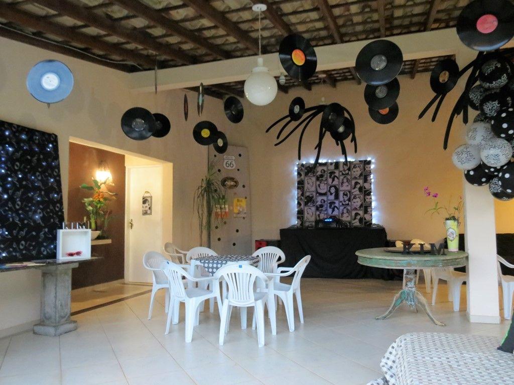 Decoração com balões, painéis iluminados e LPs