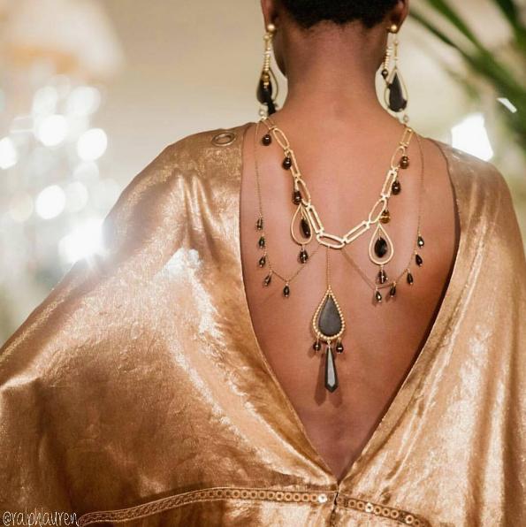 No desfile da Raph Lauren, as morenas tiveram um destaque todo especial mostrando tecidos perfeitamente adaptados ao seus tons de pele. Lindo!🌻🍂✨ #ralphlauren #fashionshow #inspirations #ss17 #collection #seenowbuynow #nyfw *Desfile completo no site da Vogue Magazine.
