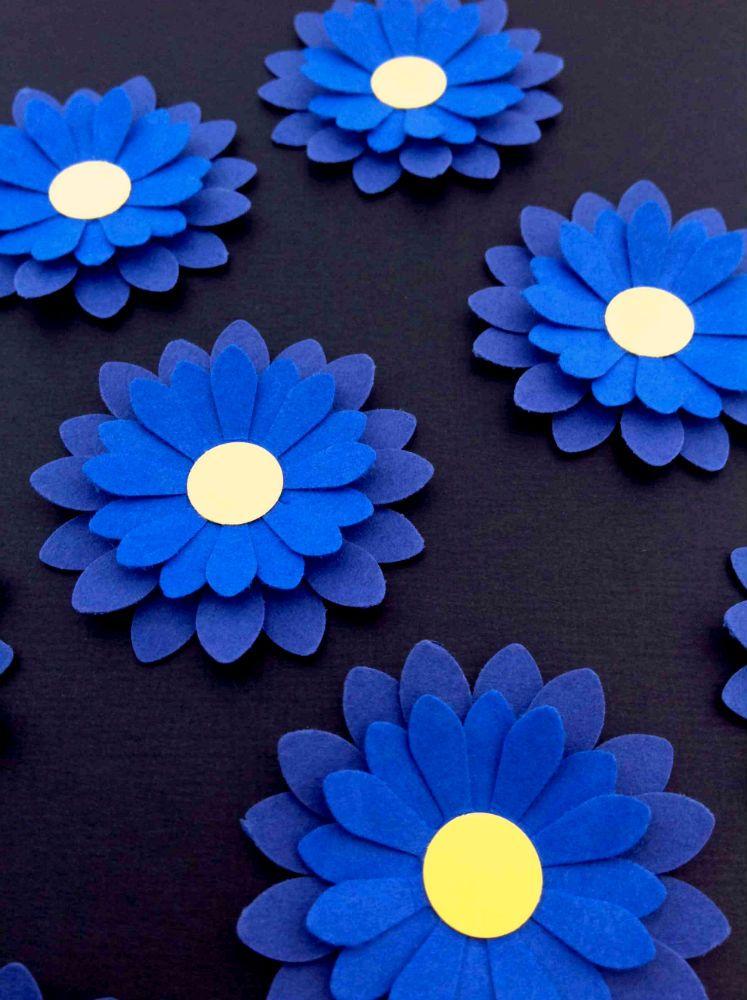 21222636 Blå blomster - smuk og enkel bordpynt, læg blomsterne i grupper eller langs  bordets midte. Se mere på www.jannielehmann.dk