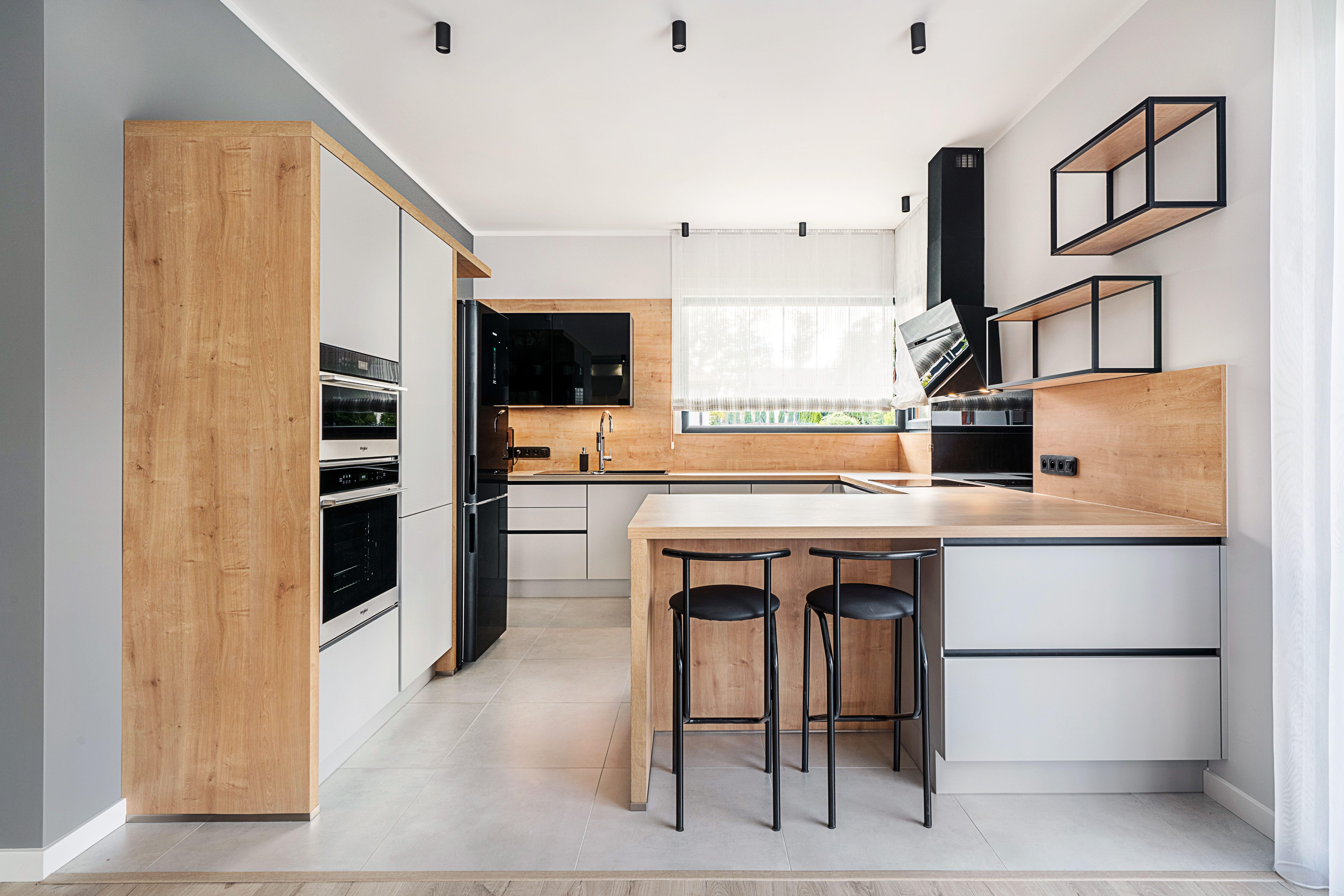 Spojna Przestrzen Kuchenna Ktora Otwiera Sie Na Salon To Gwarancja Utrzymania Estetycznej Aranzacji Obu Pomieszczen Jasnoszar Interior Design Home Decor Home