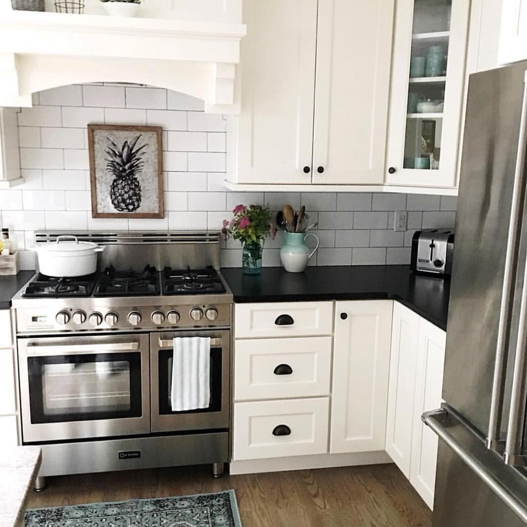 Simple and elegant backsplash will never go out of style