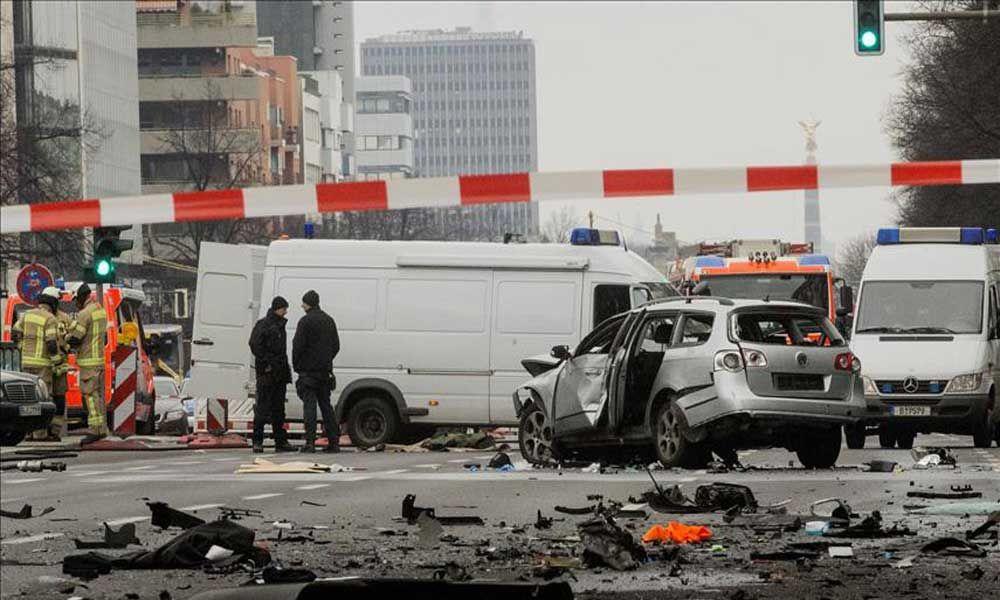 BERLIN – Një person ka humbur jetën, kur makina që ai po e ngiste shpërtheu në qendër të Berlinit të martën në mëngjes, (AA). Zëdhënësi i policisë së Berlinit Michael Merkle për televizionin N24 …