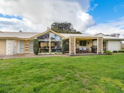 Cruise to the bay Rye Cruise to the Bay is a 3 bedroom holiday home within walking distance to the beautiful Tyrone foreshore beach. The property has air-conditioning and heating and offers 2 covered seating area with a BBQ for entertaining.