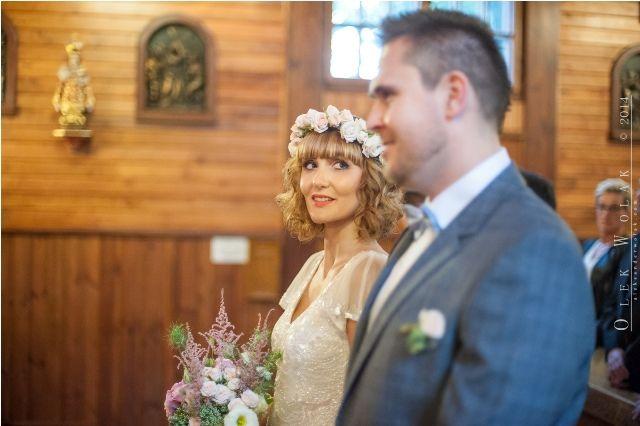 Panna młoda w wianku z róż i z bukietem podczas ceremoni zaślubin