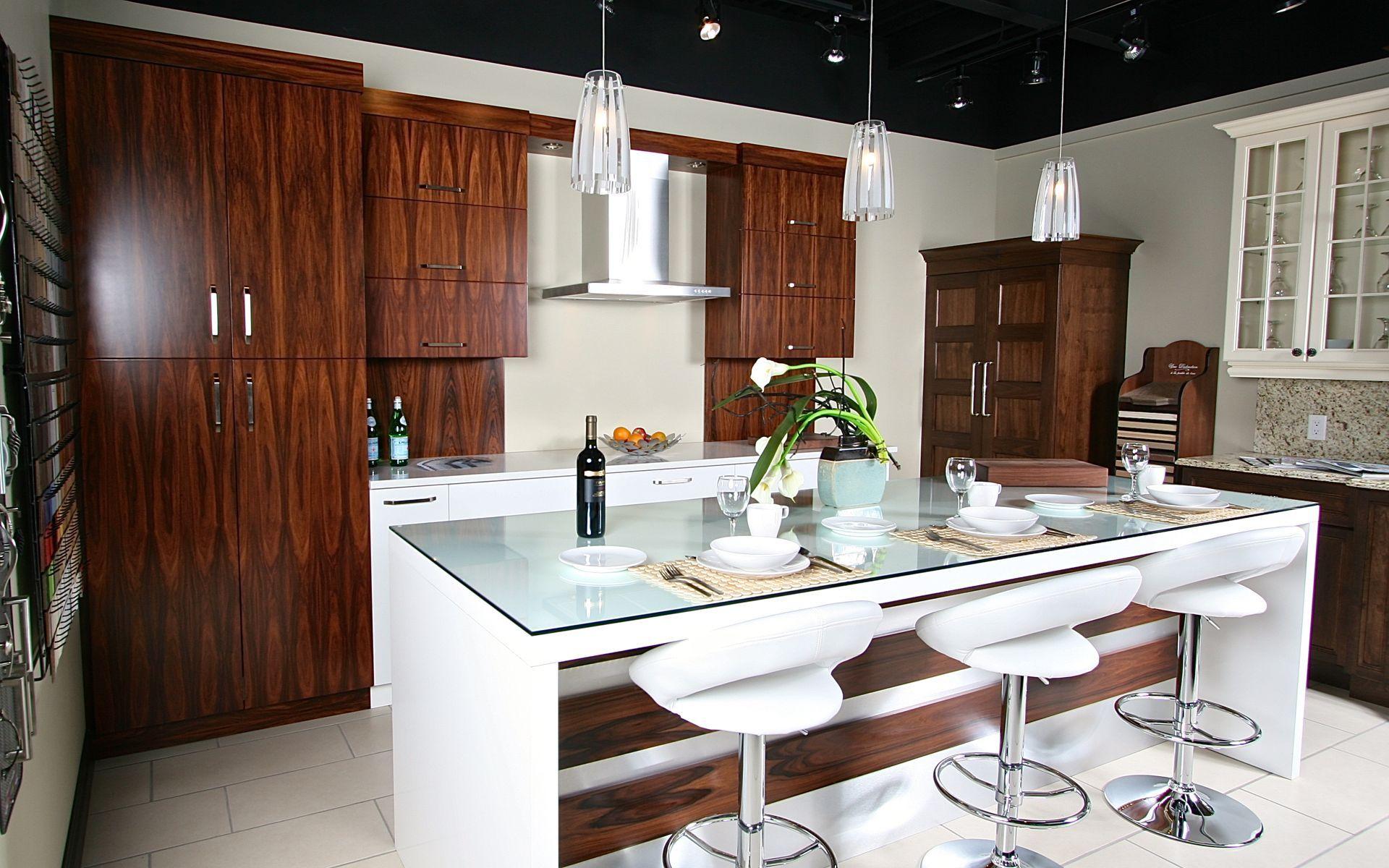 beautiful salle de montre espace cuisine classique panneaux duarmoires en merisier teint with. Black Bedroom Furniture Sets. Home Design Ideas