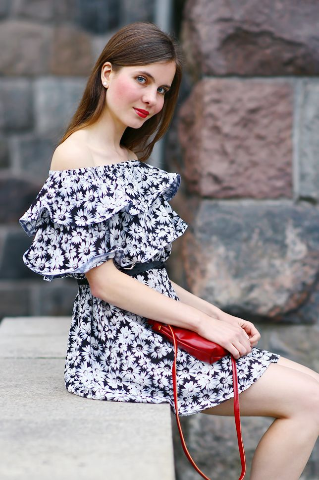 Fashion Blog Czarno Biala Sukienka W Kwiaty Czerwona Kopertowka I Czerwone Buty Na Koturnie Dresses Floral Dress Black Floral Prints Clothes
