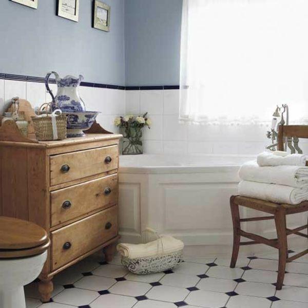 gardinen landhaus und weiße badewanne im kleinen badezimmer - die ... - Badezimmer Landhausstil
