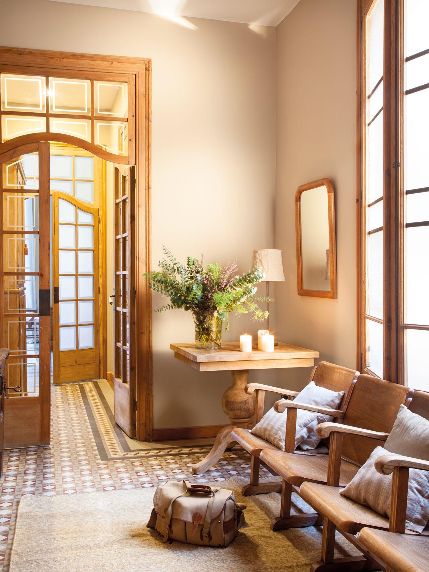 Recibidor cl sico con puerta de madera acristalada - Recibidores clasicos ...