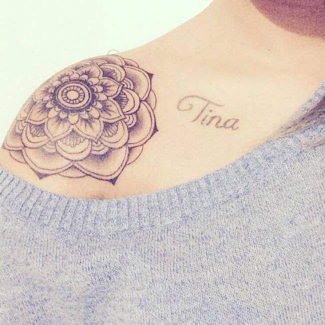 Tatouage de femme tatouage fleur de lotus noir et gris - Tatouage blanc sur peau noir ...