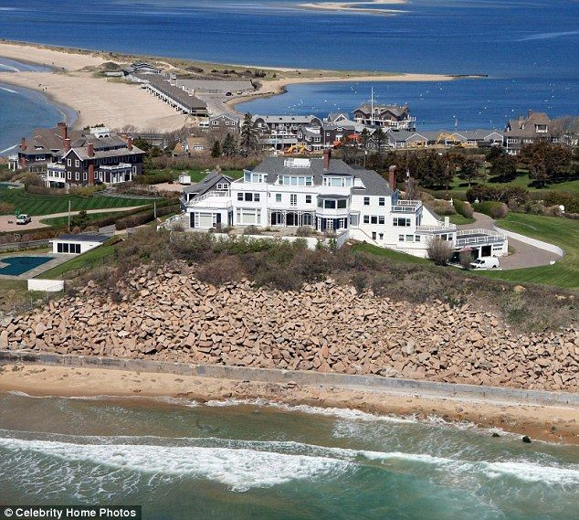 Taylor Swift Relaxes With Retail Therapy As Her Rhode Island Home Is Closely Guarded After Obsessed Fan S Attempted Trespass Taylor Swift House Cottages By The Sea Celebrity Houses