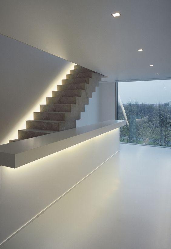 unsichtbare beleuchtung macht diese treppe besonders und verleiht dem raum stil treppe. Black Bedroom Furniture Sets. Home Design Ideas