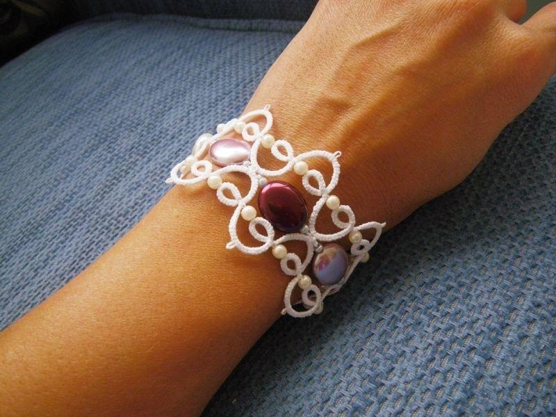 sehr schickes tatting occhi armband aus weisser sptitzenbaumwolle mit echte perlen und. Black Bedroom Furniture Sets. Home Design Ideas