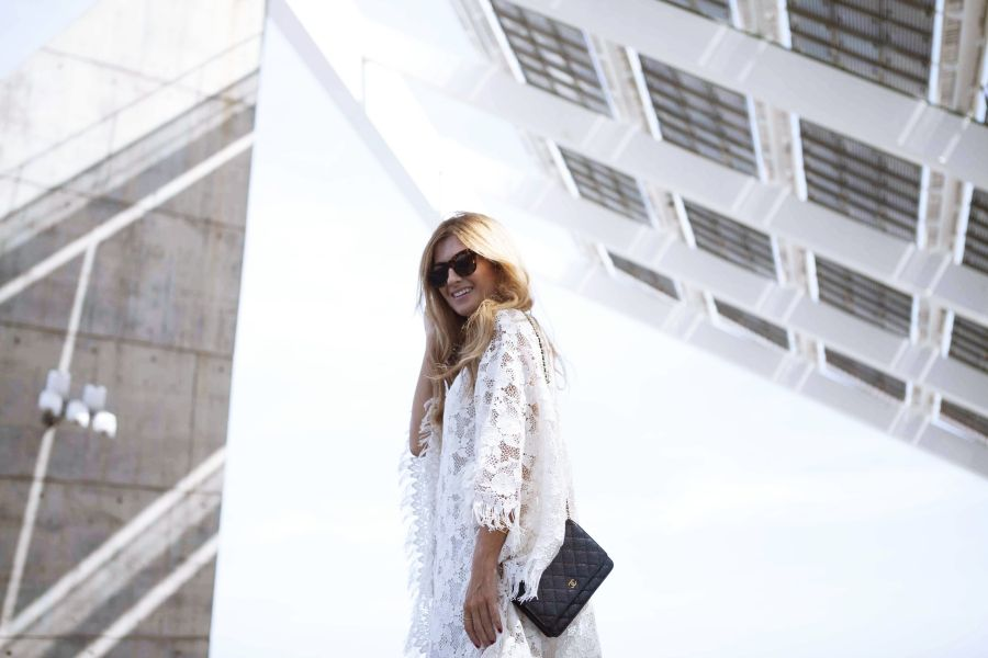 Casual Look. Look con vestido blanco. A trendy life. #casual #whitedress #embroidereddress #summerlook #details #bgo&me #chanel #celinesunglasses #michaelkors #outfit #fashionblogger #atrendylife www.atrendylifestyle.com
