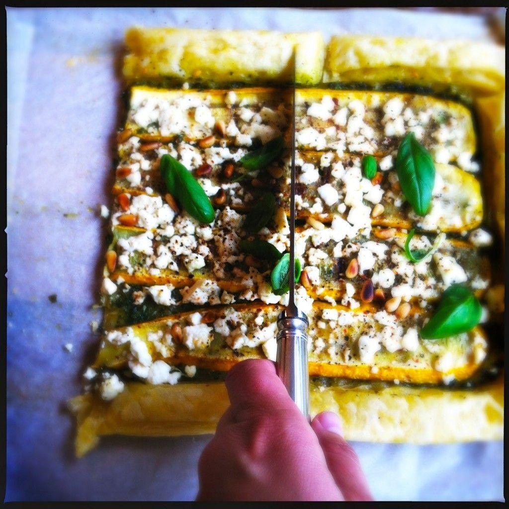 Hartige taart Made by Ellen ~~ PIZZA OR COCONUT CRUST TART ~ 1 (gele) courgette, in plakjes gesneden Olijfolie 6 basilicumstengels (incl blaadjes) 100 gram feta, verkruimeld  25 gram pijnboompitten, licht geroosterd 2 scheutjes extra vergine olijfolie Paar basilicum blaadjes om te garneren Snufje chilivlokken Peper & zout uit de molen