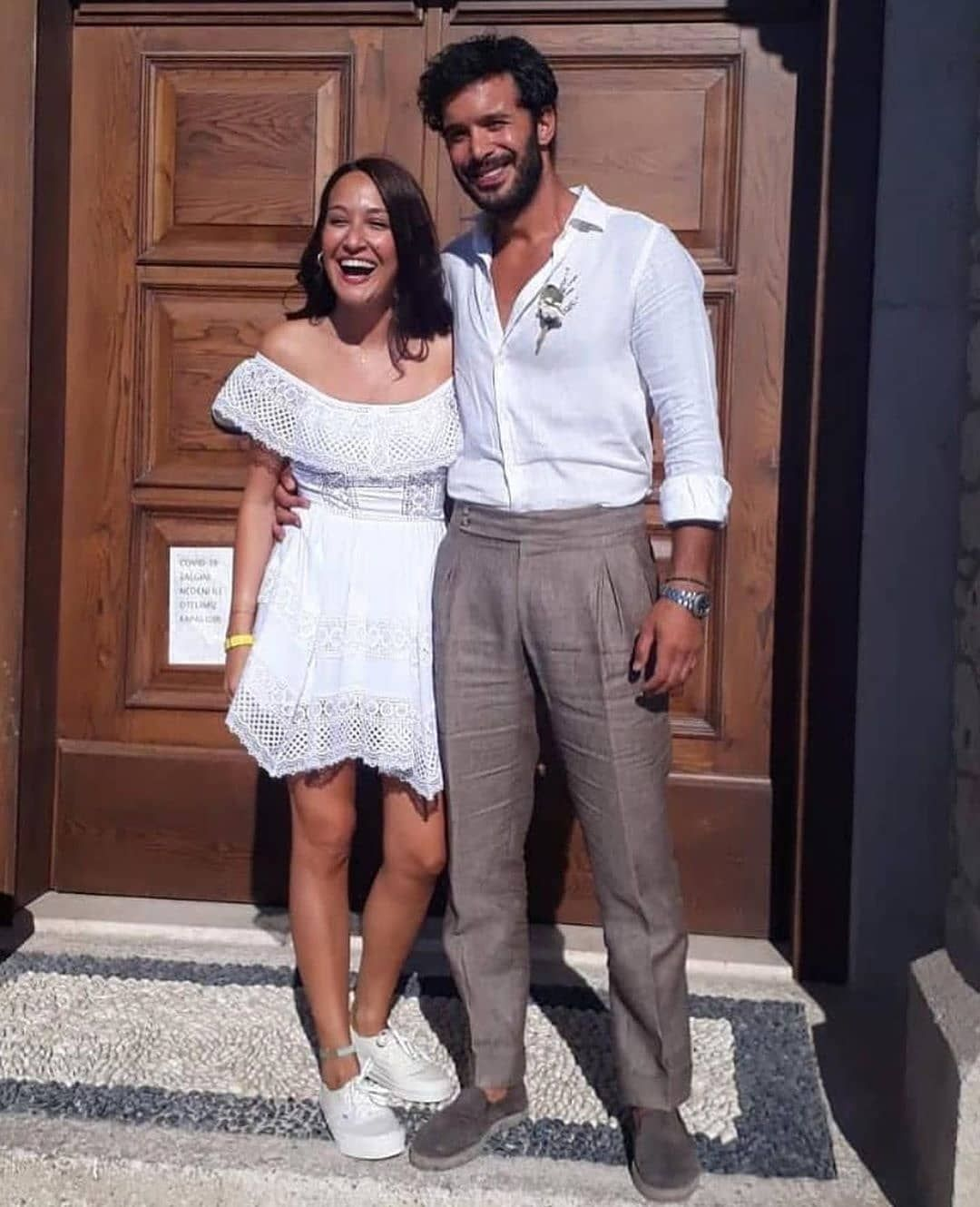 So Casual Baris Arduc Gupse Ozay Tie The Knot In A Simple Setting Pictures Al Bawaba Simple White Dress Dress With Sneakers Fashion