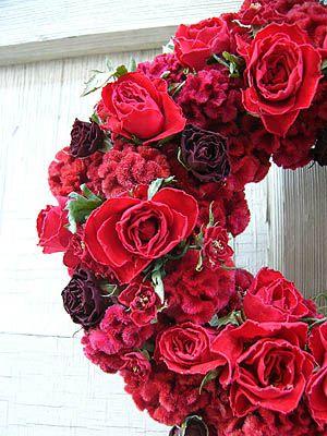 赤いバラとケイトウのリース