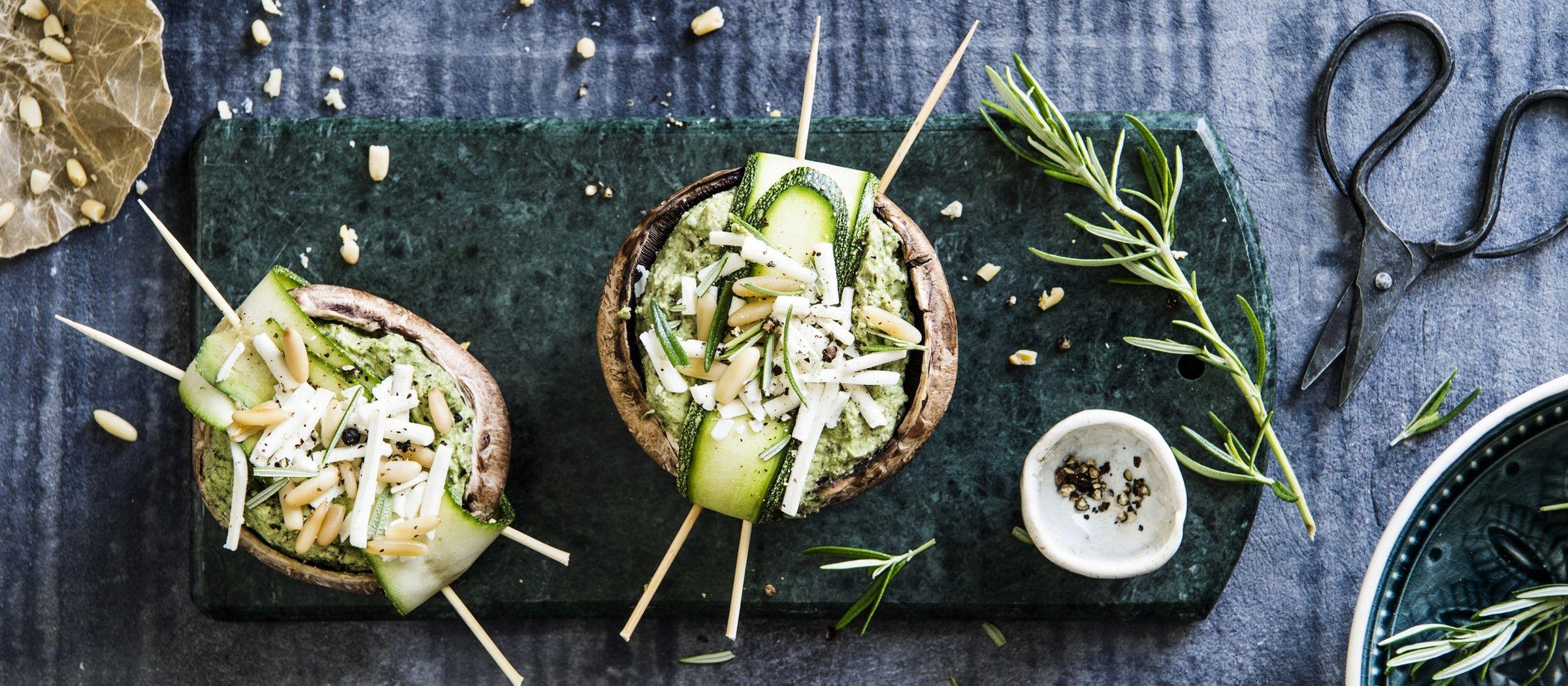 Grillikausi hellii myös kasvissyöjää. Lehtikaalipestolla täytetyt portobellosienet sopivat myös vegaaneille.