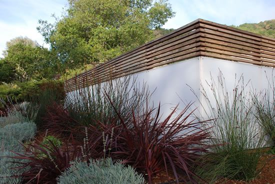 Wood Lath Topper Adds Sophistication To An Otherwise Plain Painted Block Wall Garden Terrace Moder