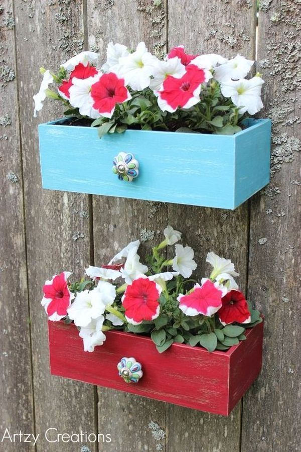 Unusual but beautiful DIY garden decorations from old drawers