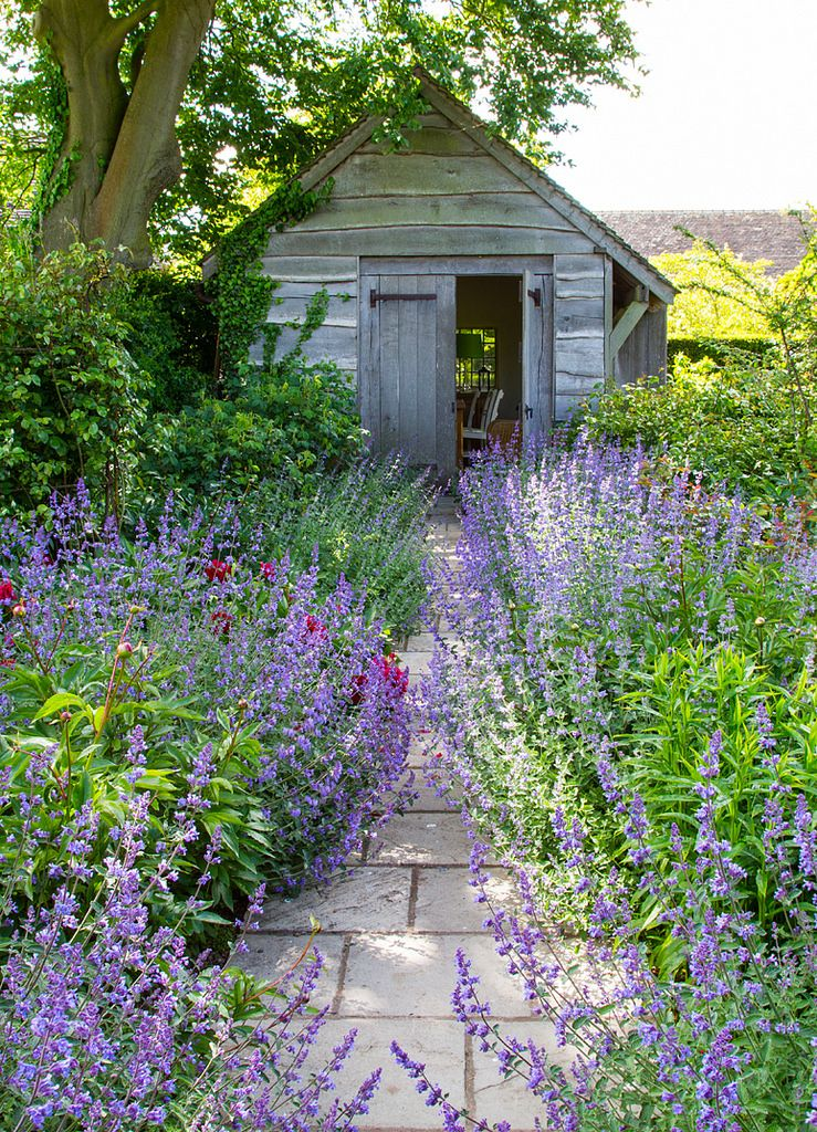 Bauerngarten mit alter holzh tte wege im cottage garten garten garten ideen und garten deko - Schrebergarten anlegen ...