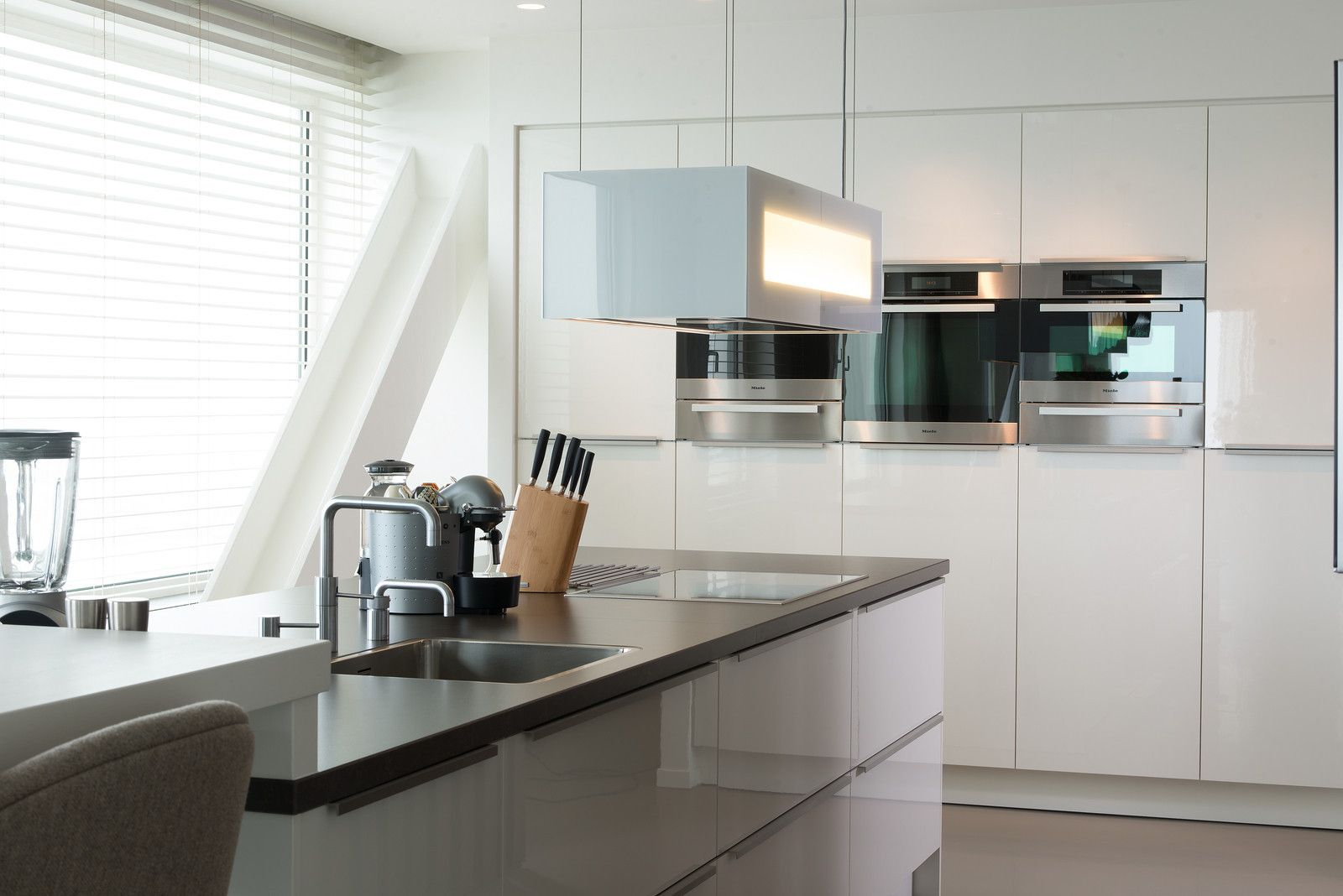 Keuken Moderne Bar : Deze moderne keuken heeft een geïntegreerde bar tafel een